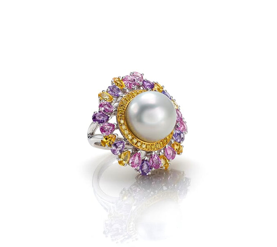 Ring in 18K white gold with South Sea pearl surounded by yellow diamonds & sapphires