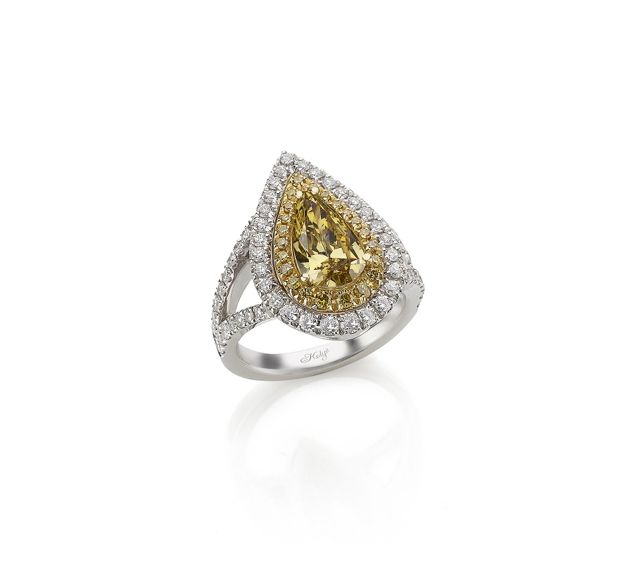 Ring in 18K white/yellow gold with yellow diamond in pear shape surrounded by yellow & colorless small diamonds