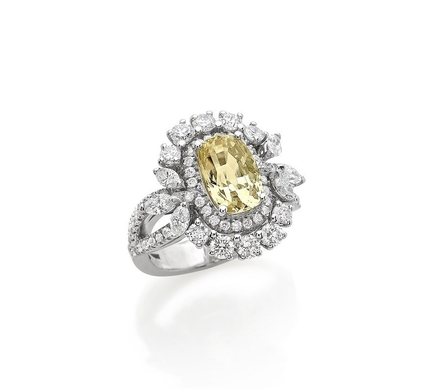 Cocktail ring in 18K white gold with natural Yellow Sapphire in cushion cut with diamonds